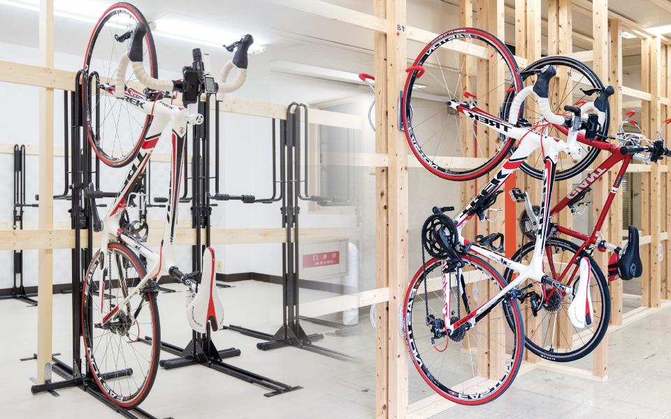 スポーツ自転車を駐輪している様子