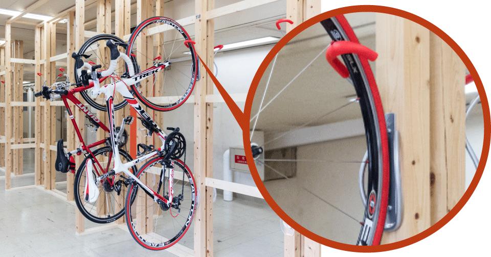 ホイールを引っかけて自転車を固定します